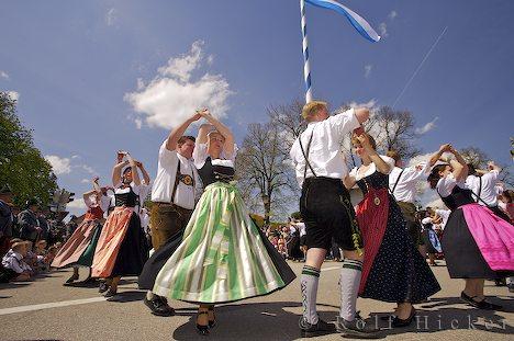 Bayerische Tradition und Kultur beim Maibaumfest in Putzbrunn bei Muenchen.