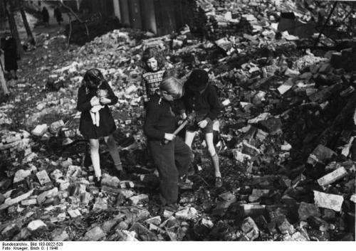Berlin, Kinder spielen in Trümmern
