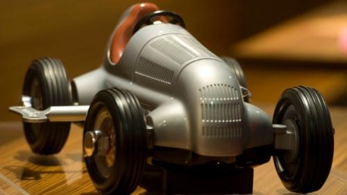 © DDP IMAGES/DAPD/LENNART PREISS - Das Schuco-Modell eines Silberpfeils von Mercedes-Benz