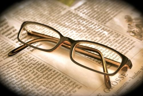 Brille auf Zeitung